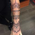 Creatieve tattoo op onderarm