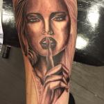 Portret tattoo horen zien zwijgen