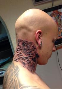 Tattoo nek tekst en rozen Frank