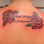 Tattoo vrouw rozen en tekst Carmen